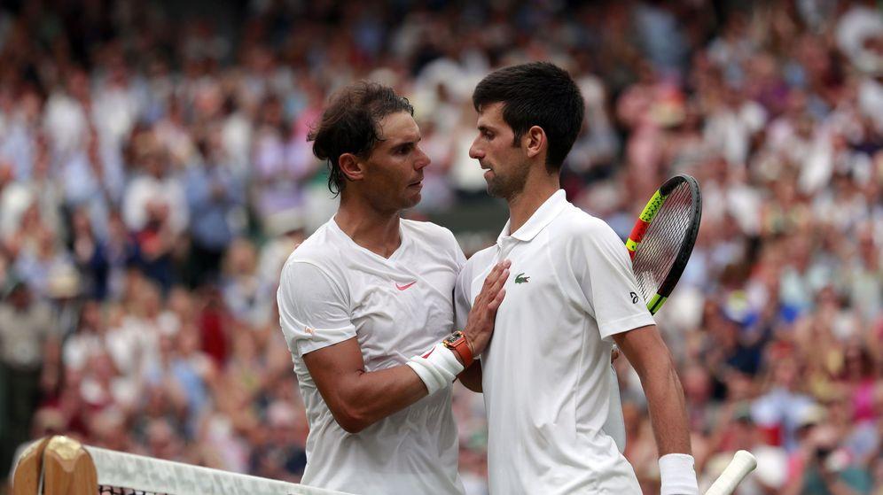 Foto: Nadal y Djokovic, tras la semifinal de Wimbledon del 2018. (EFE)