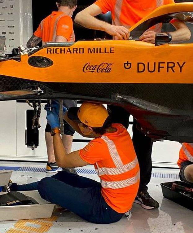 Foto: Lando Norris ayudando a los mecánicos después del Gran Premio de Hungría. (McLaren)