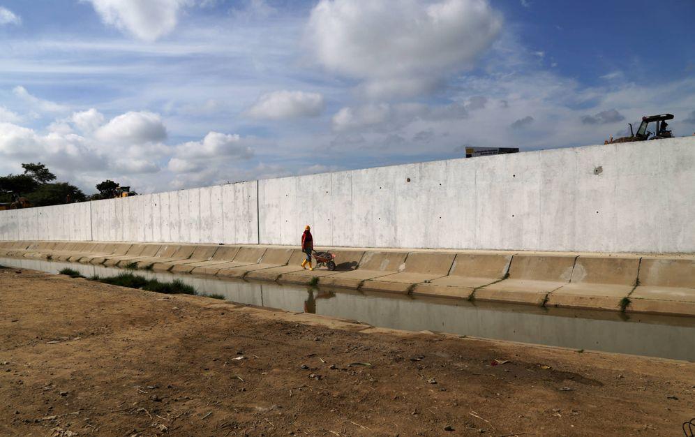 Foto: Trabajadores ecuatorianos durante la construcción del muro fronterizo entre Ecuador y Perú, en Aguas Verdes. (Reuters)