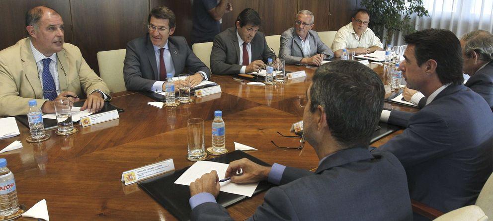 Foto: El ministro Soria, con representantes autonómicos para abordar la devolución de las ayudas del sector. (Efe)