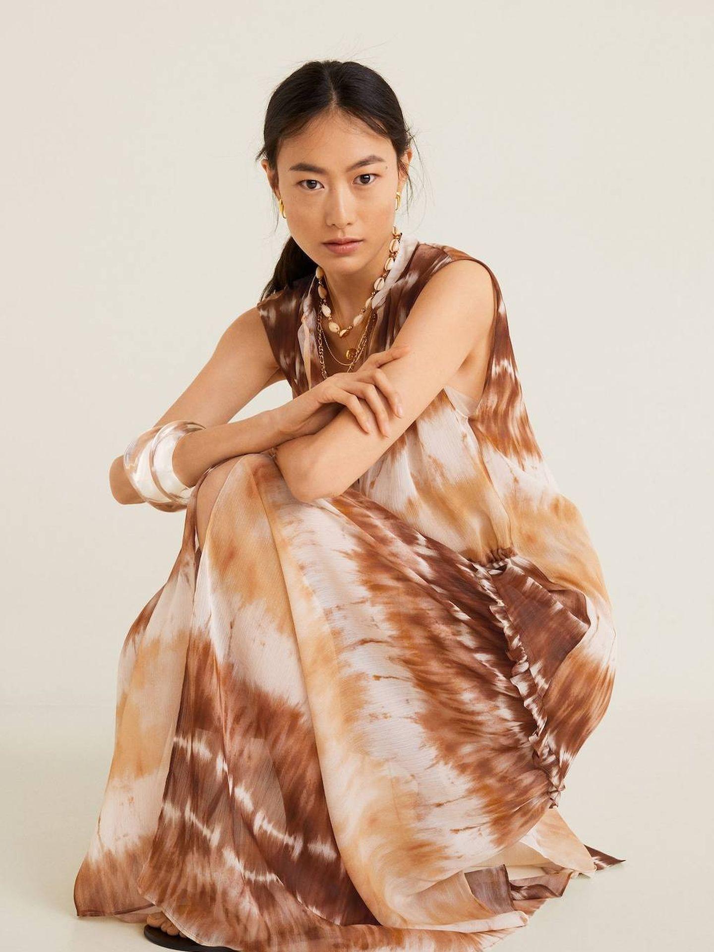 El vestido con estampado tie-dye de Mango Outlet. (Cortesía)