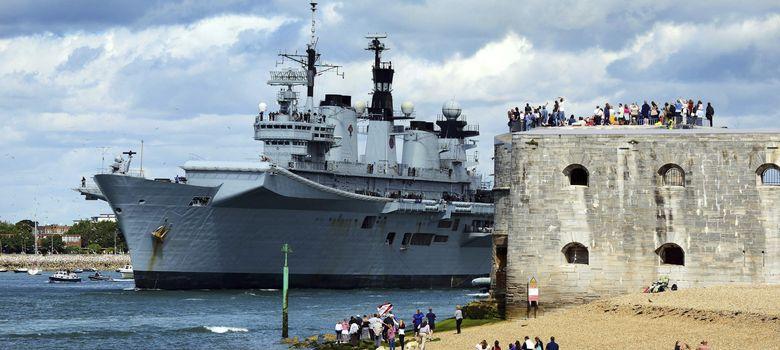 Foto: El portaaviones HMS Illustrious a su salida del puerto de Portsmouth. (EFE)
