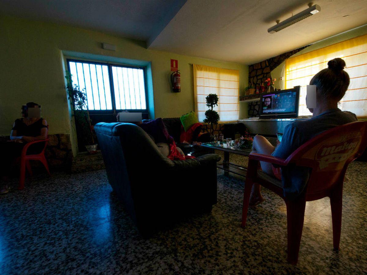 Foto: Las cuatro mujeres atrapadas en el club Olimpo de Almadrones pasan las horas en la sala de estar. (David Brunat)