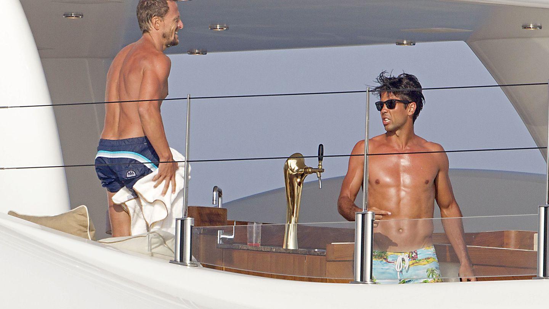 Sete Gibernau y Fernando Verdasco, a bordo de un yate en Ibiza.