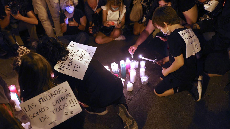 Decenas de personas se concentran en la madrileña Puerta del Sol para condenar los últimos casos de violencia machista. (EFE)