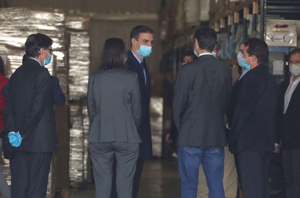 Foto: Pedro Sánchez visita, con los ministros de Sanidad e Industria, Salvador Illa y Reyes Maroto, este 3 de abril en la empresa Hersill de Móstoles. (EFE)
