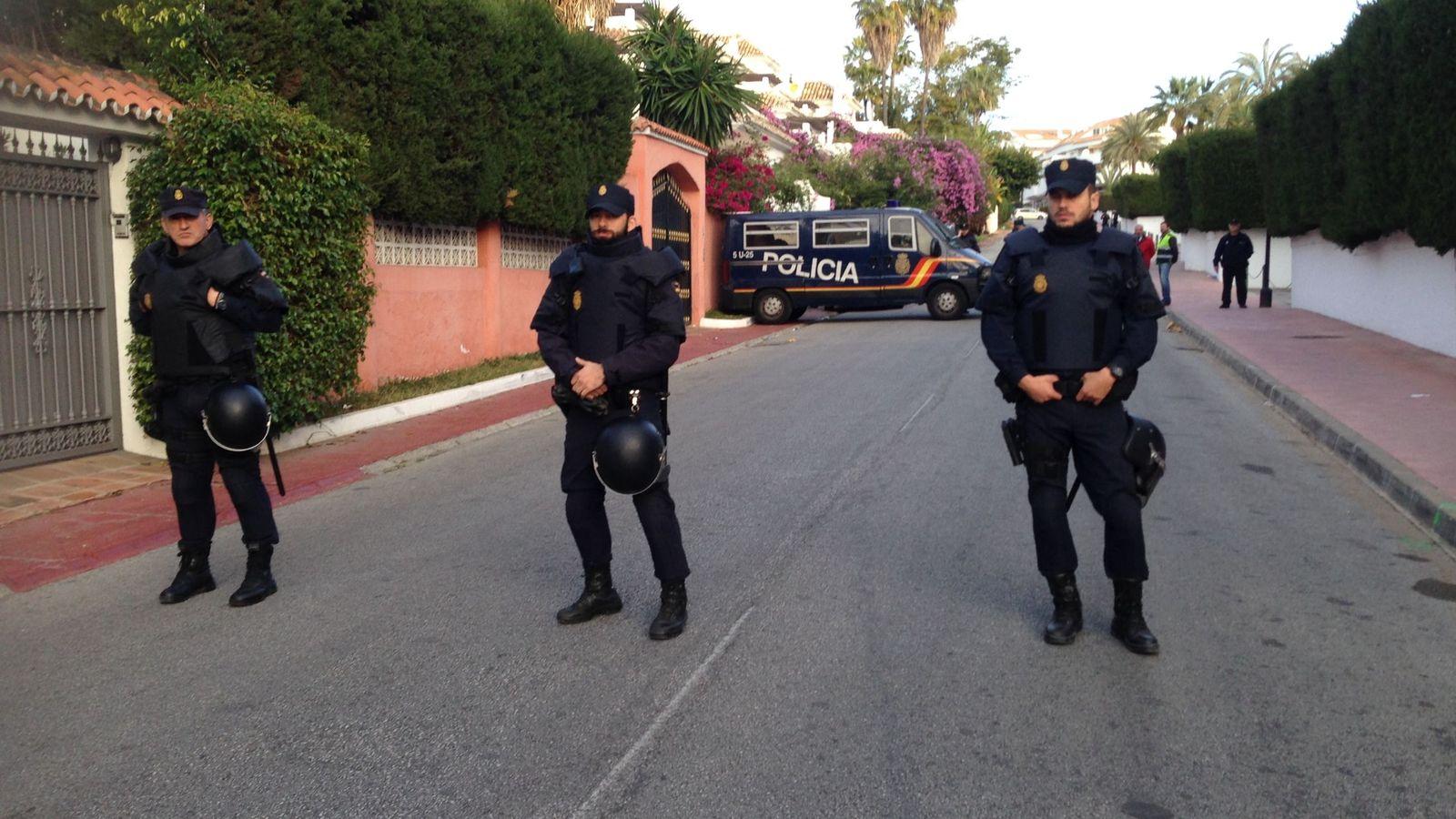 Foto: Miembros de la Policía Nacional, durante el desahucio. (Amparo de la Gama)