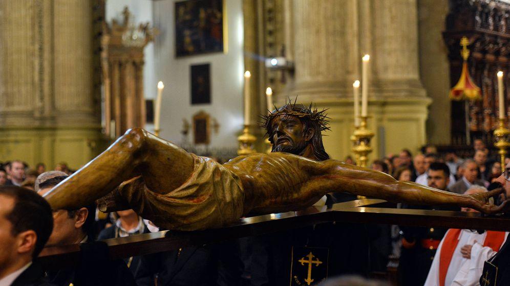 Foto: Vía Crucis del Cristo Mutilado por el interior de la catedral de Málaga. (Julio Salcedo)