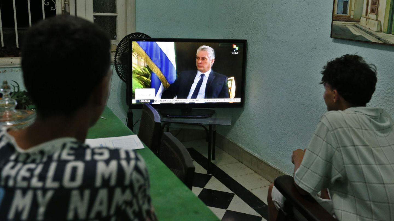 Dos jóvenes cubanos ven la entrevista al presidente Miguel Diaz-Canel en Telesur, el 16 de septiembre del 2018. (EFE)