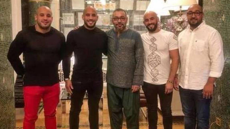 El rey con Abu Azaitar, sus dos hermanos y otro amigo en una cena. (Redes sociales)