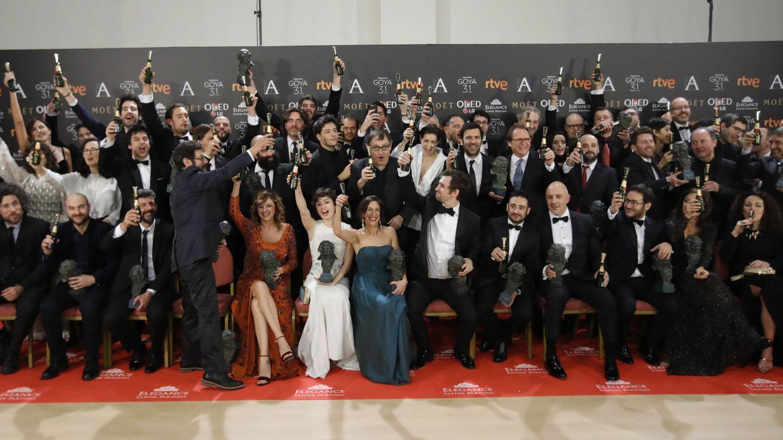 Los premiados posan con sus galardones al término de la gala de entrega de la XXXI edición de los Premios Goya.