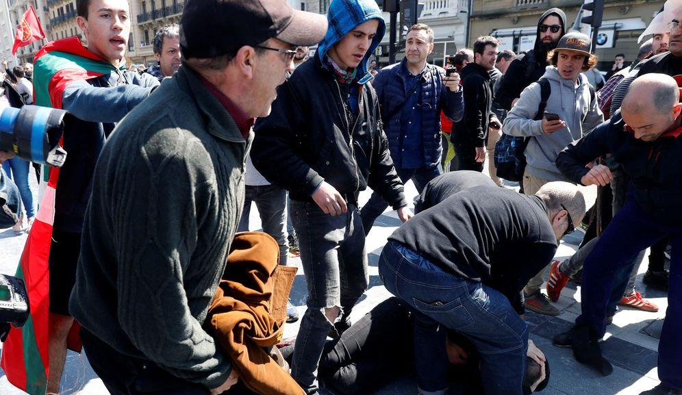 Foto: Asistentes al mitin de Vox en el Kursaal el 13 de abril son golpeados y acosados por simpatizantes 'abertzales'. (EFE)