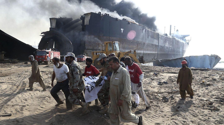 Un incendio en un petrolero que estaba siendo desguazado causó 29 muertes en Gadani (Pakistán) en 2016. (EFE)