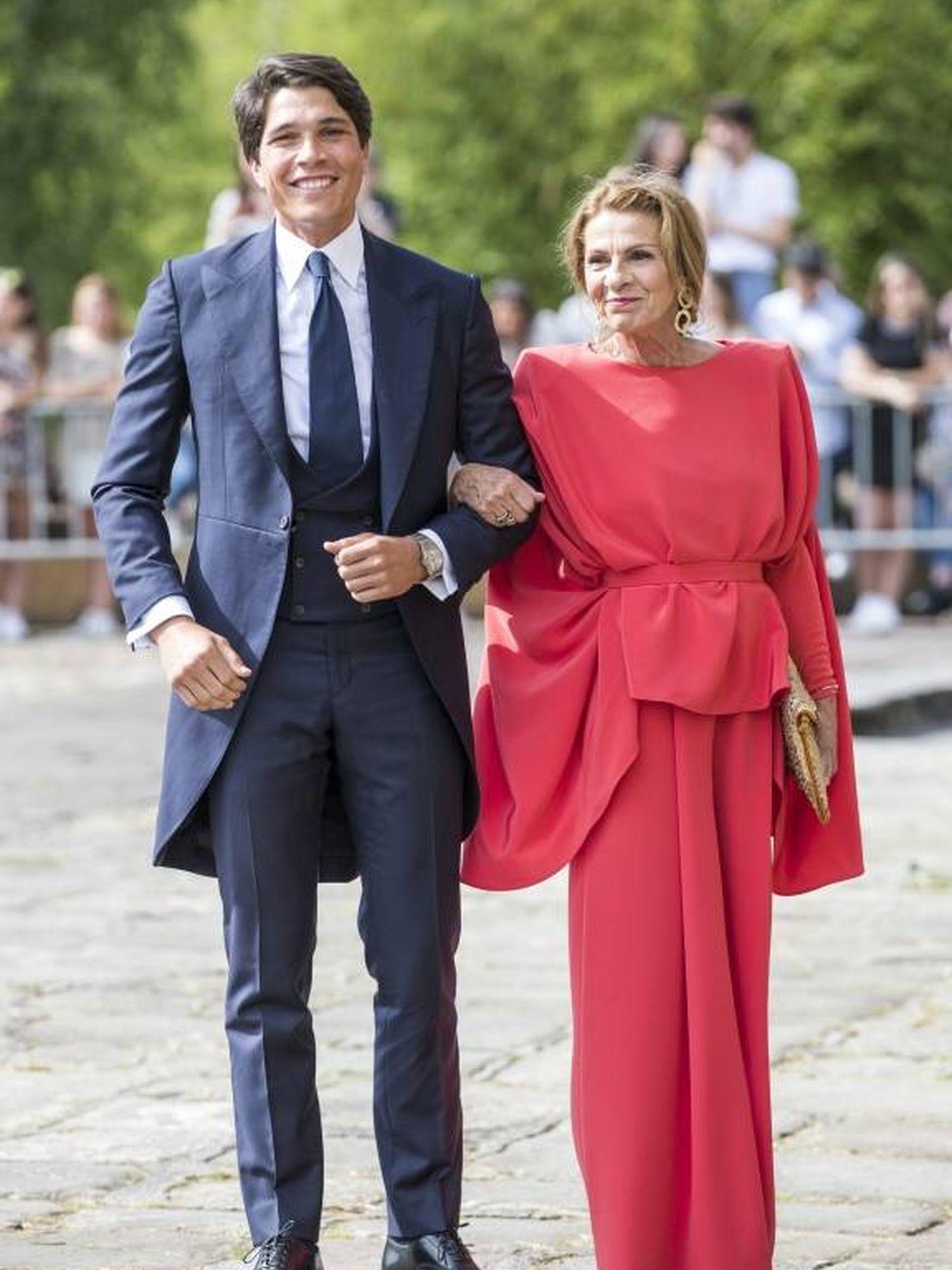 Pablo Castellano y su madre el día de su boda con María Pombo. (Cordon Press)