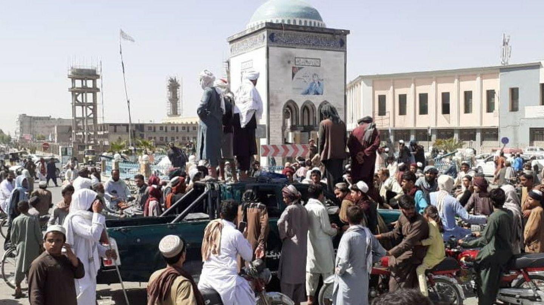 Milicianos talibanes en la plaza mayor de Kandahar tras tomar la ciudad el jueves. (EFE)