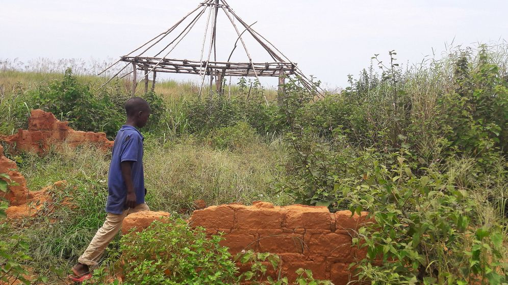 Foto: Un niño pasa delante de la casa destruida de Jean-Pierre Pandi, alias Kamuina Nsapu, el fundador de la guerrilla, en marzo de 2017