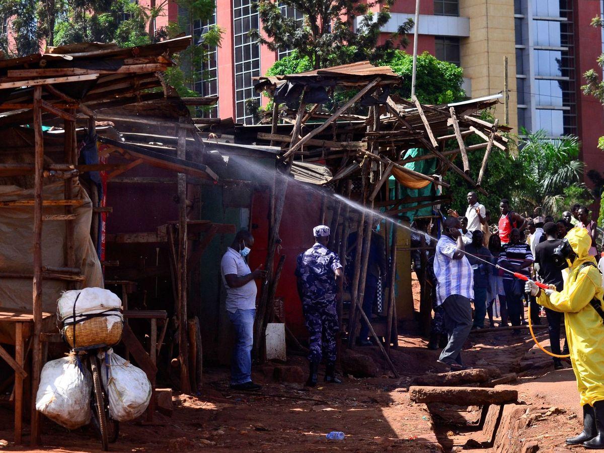 Foto: Trabajos de desinfección en un mercado de Kampala (Uganda). (Reuters)