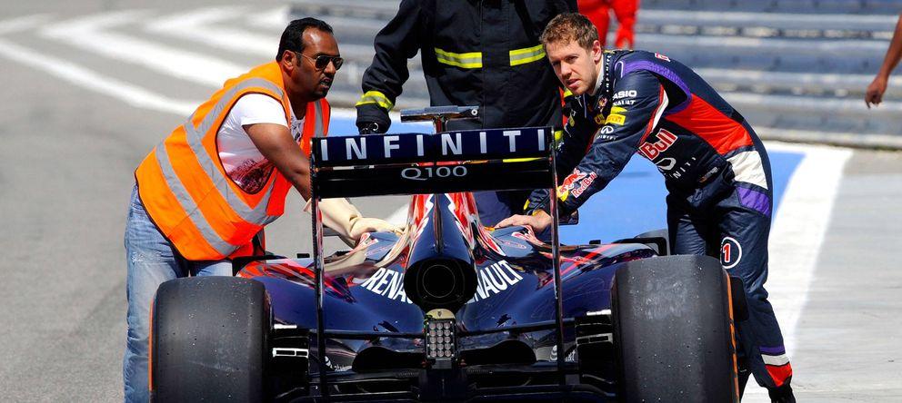 Foto: Sebastian Vettel empujando su RB10 hacia el garaje.