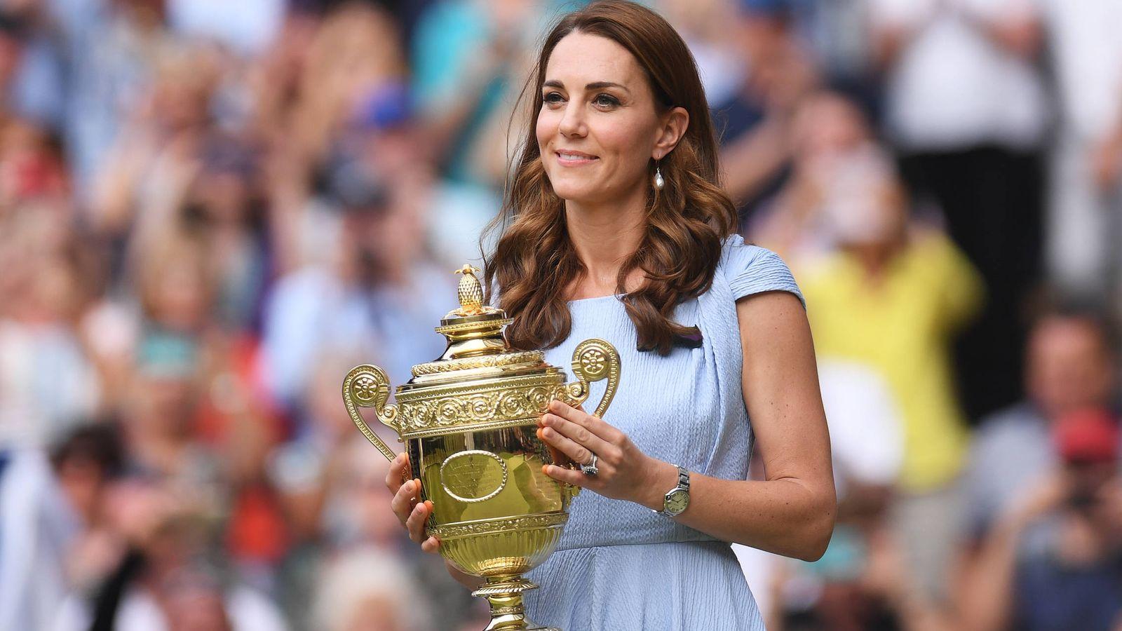 Foto: Kate Middleton minutos antes de entregarle la copa a Novak Djokovic. (Getty)