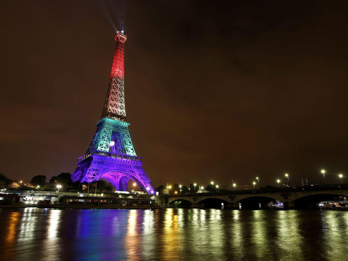 Foto: La Torre Eiffel, iluminada con los colores del arcoíris. (EFE)