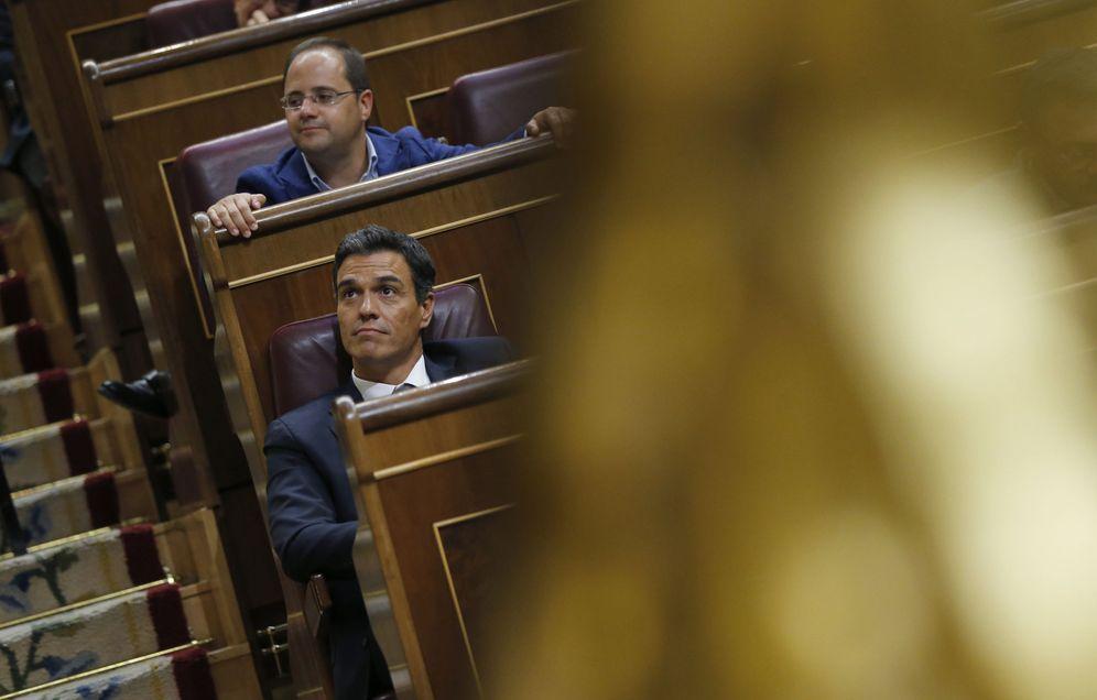 Foto: Pedro Sánchez, en su escaño en el Congreso, durante la segunda jornada del debate de investidura de Mariano Rajoy, este 31 de agosto. (EFE)