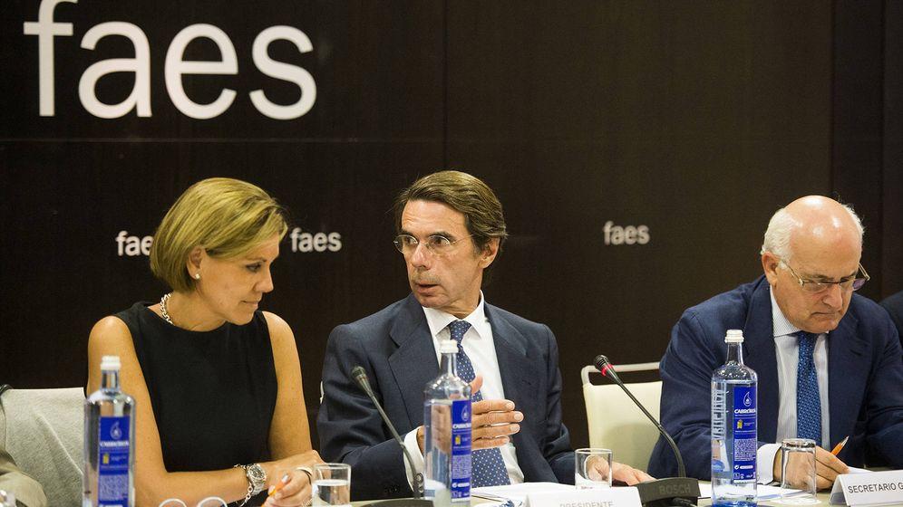 Foto: Imagen de José María Aznar y María Dolores de Cospedal tras comunicar el acuerdo con el que FAES rompía su vínculo con el PP. (EFE)