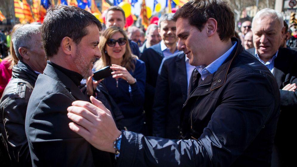 Foto: Valls y Rivera en la manifestación de este domingo en Barcelona. (EFE)