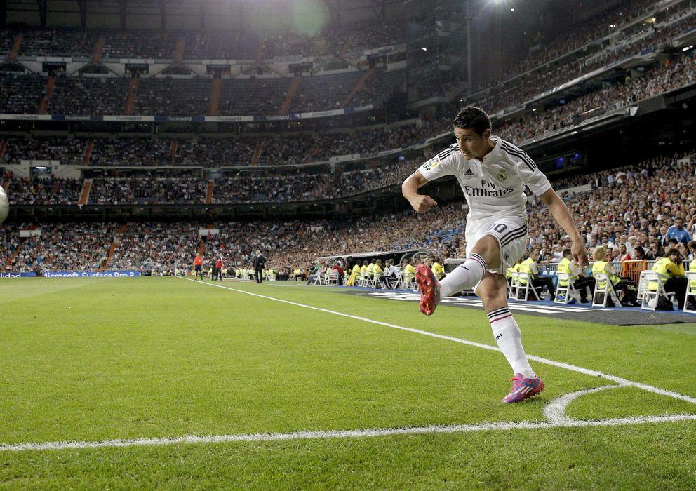 Foto: James Rodríguez, botando un córner en el Santiago Bernabéu (EFE).
