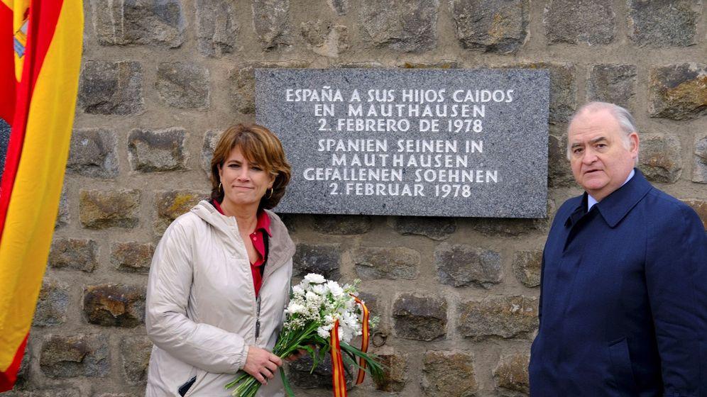 Foto: La ministra de Justicia, Dolores Delgado, junto al memorial republicano en Mauthausen. (EFE)