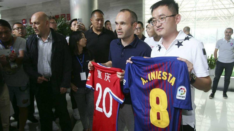 Iniesta, con la camiseta del Chongqing chino el pasado verano. (Reuters)