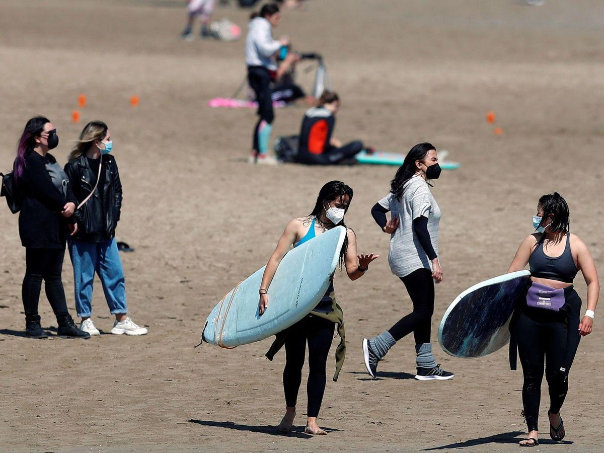Foto: Un grupo de jóvenes disfruta de la playa de la Malvarrosa. (EFE)