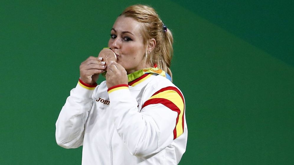 Foto: Lydia Valentín besa su medalla olímpica (Reuters)