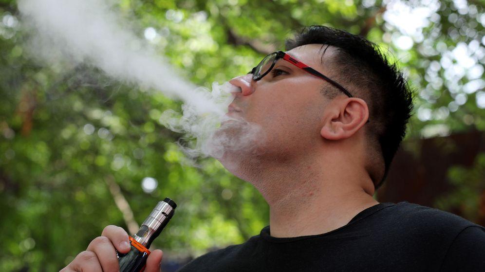 Foto: El estudio demuestra que la nicotina que contienen los cigarrillos electrónicos afecta a las ratas (EFE EPA/Rajat Gupta)