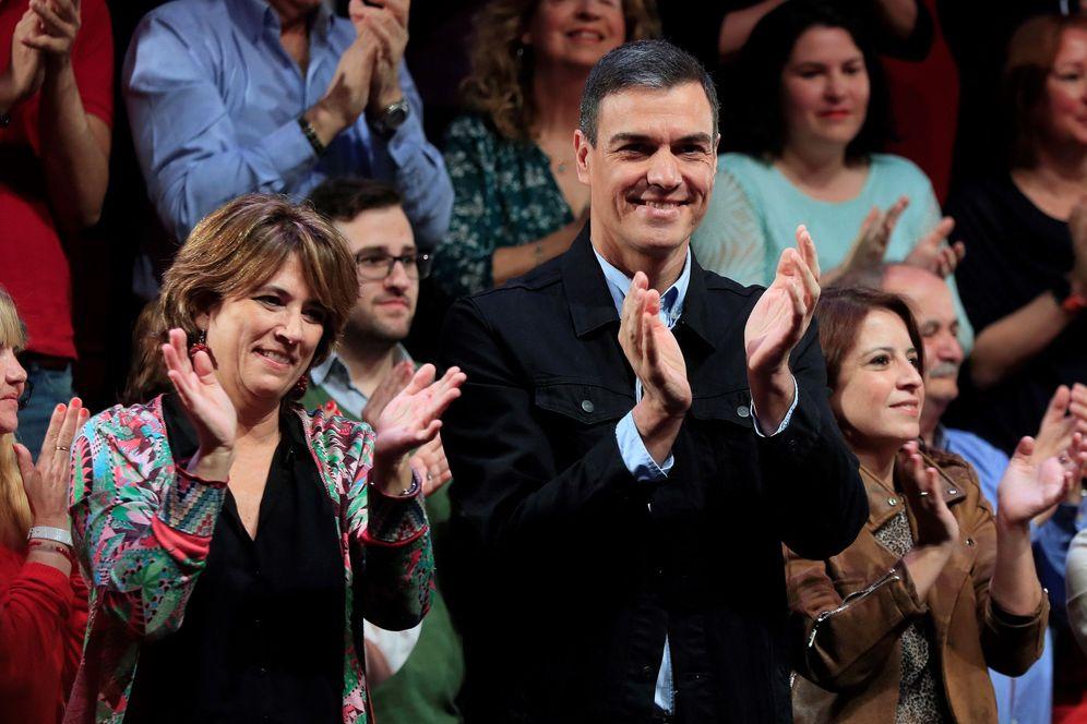 Foto: El presidente del Gobierno, Pedro Sánchez, con la ya exministra de Justicia, Dolores Delgado, el pasado 16 de marzo en Madrid. (EFE)