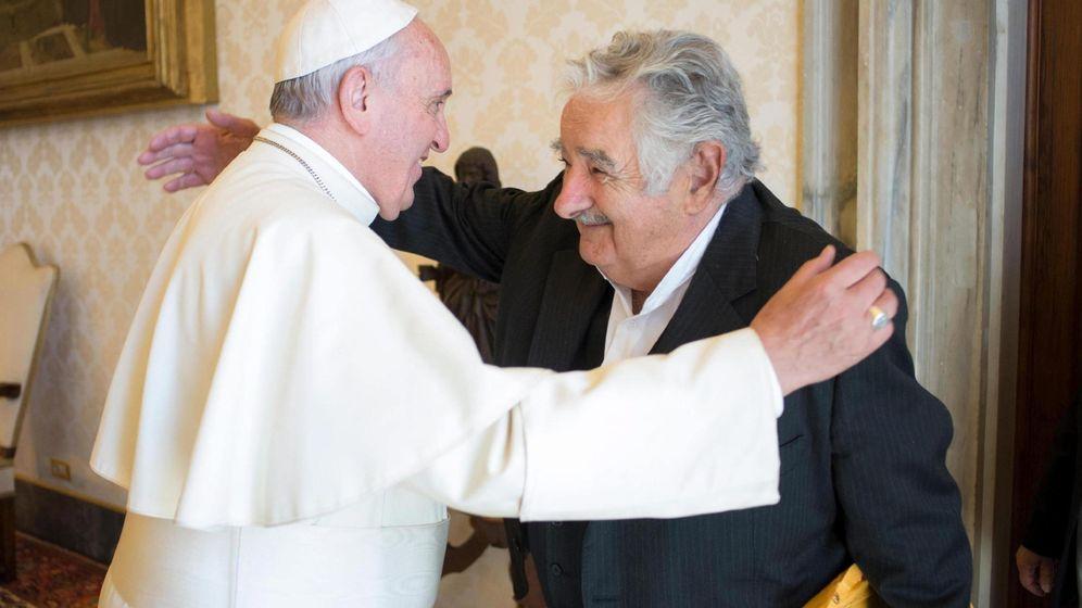 Foto: El Papa Francisco con José Mújica. (EFE)