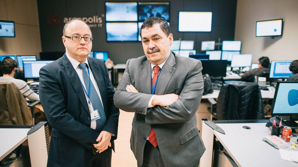 Foto: Miguel Ángel Juan y José Miguel Rosell, en una de las salas de control de S2 Grupo en Valencia. (Kike Taberner)