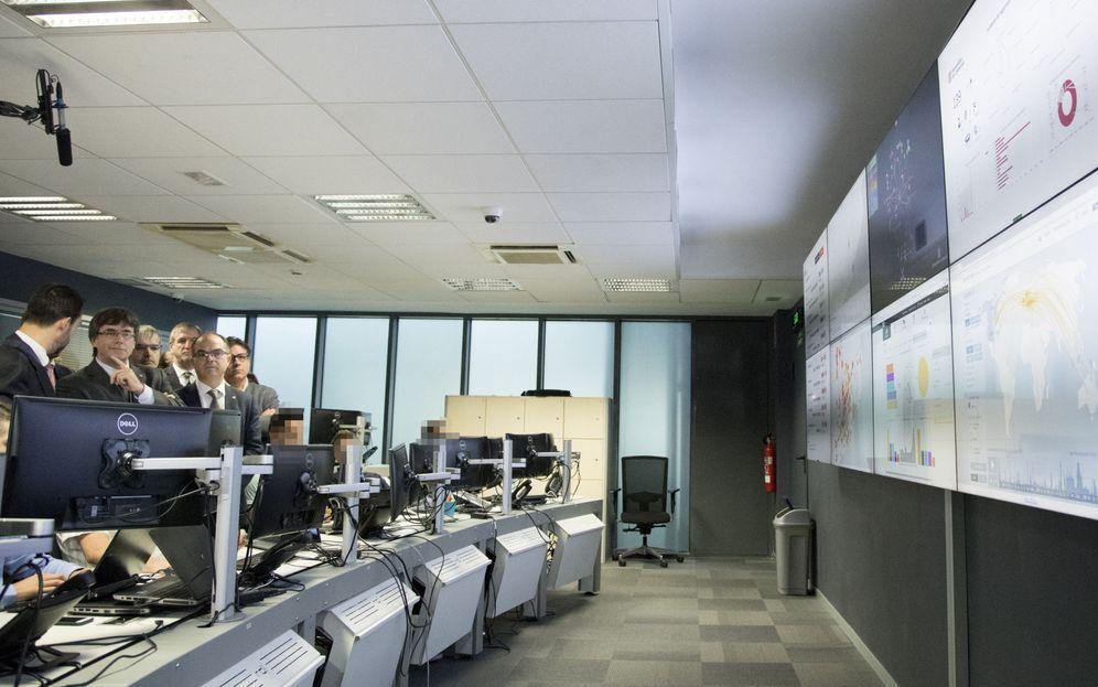 Foto: Carles Puigdemont (2i), durante la visita a la Agencia de Ciberseguridad de Cataluña en el año 2017. (EFE)