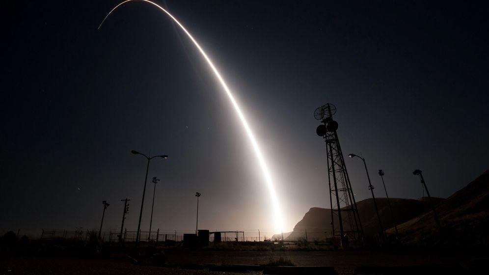 Foto: Momento del lanzamiento del misil intercontinental Minuteman III desde la base de la Fuerza Aérea de Vandenberg, California, el 26 de abril de 2017. (Reuters)
