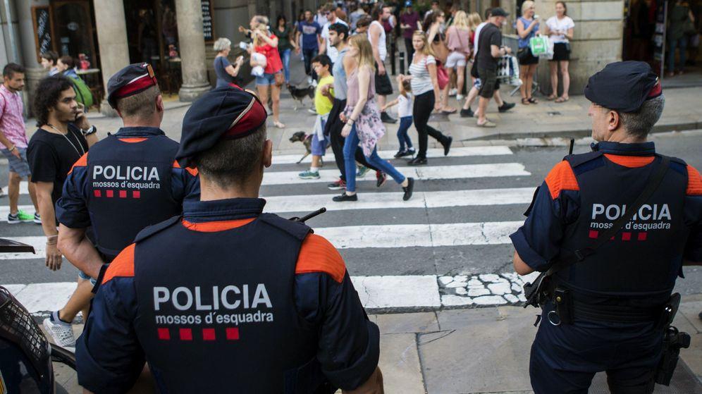 Foto: Una unidad de los Mossos d'Esquadra por las calles del centro de Barcelona. (EFE)