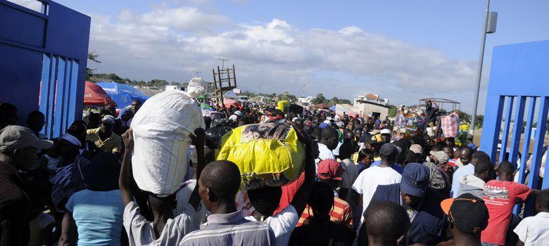 Foto: Haitianos que trabajan irregularmente en República Dominicana entran en el país por Dajabón. (Reuters)
