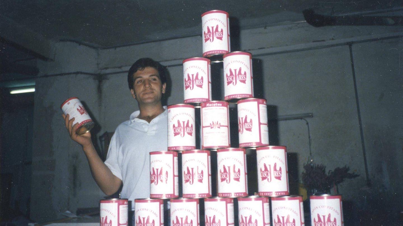 Alfonso hace años con las primeras latas de capón. (Cedida)