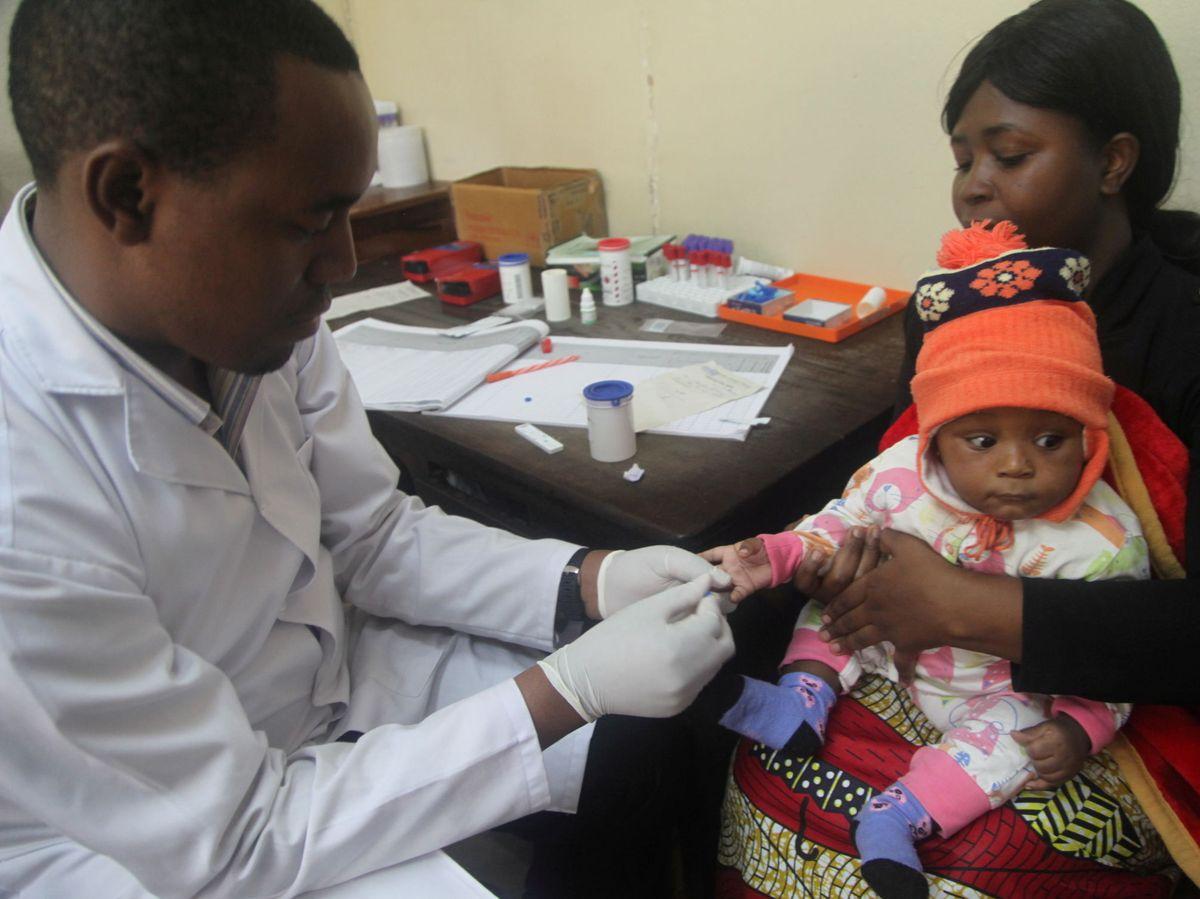Foto:  Un médico hace pruebas de malaria a un niño en el Hospital Ithani-Asheri en Arusha, Tanzania. (Reuters)