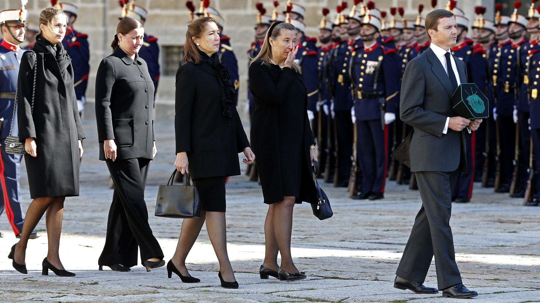 El duque de Calabria, Pedro de Borbón-Dos Sicilias, junto a sus hermanas en el funeral de su padre. (EFE)