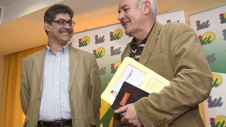 Fotografía de archivo del excoordinador general de IU Cayo Lara (d) y José Luis Pérez Tapias. (EFE)