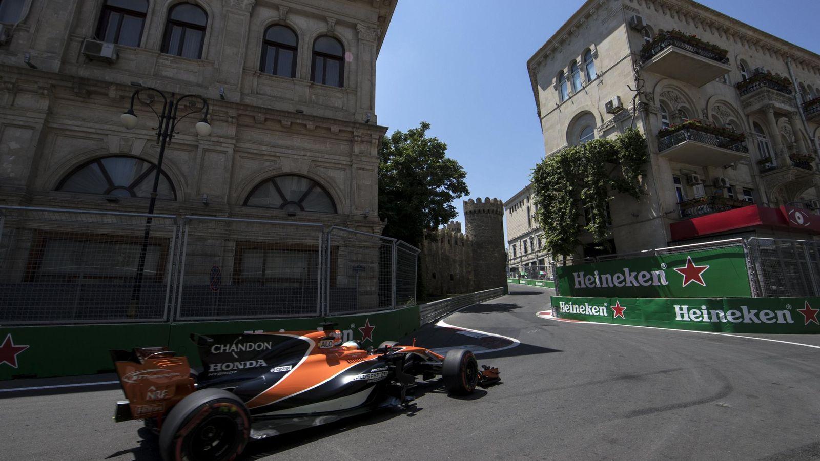 Foto: Fernando Alonso no pudo completar la segunda sesión de entrenamientos libres en Bakú. (EFE)