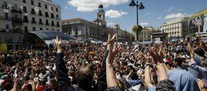 Foto: Los manifestantes desbordan la Puerta del Sol durante la jornada de reflexión