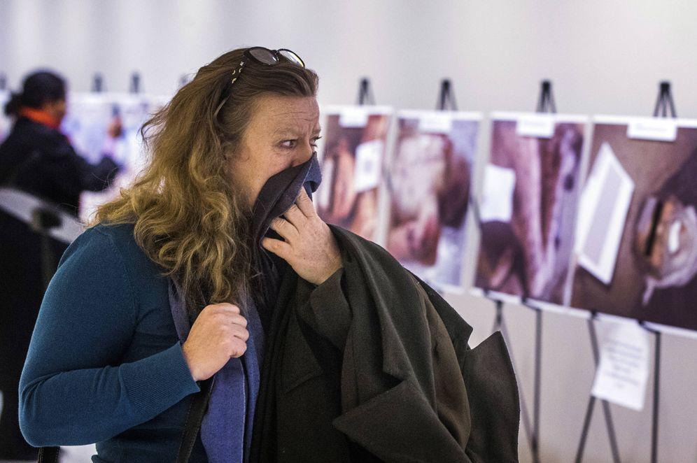 Foto: Una mujer reacciona ante las fotografías de sirios muertos en centros de detención por torturas o hambre, en la sede de la ONU, en Nueva York (Reuters).