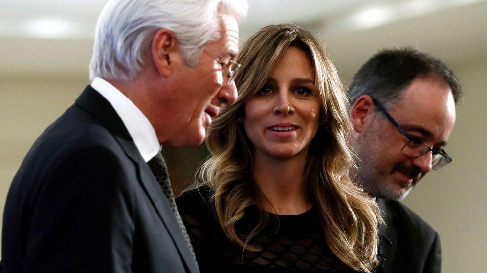 Foto: El presidente de la Fundación RAISS, el actor estadounidense Richard Gere (i), junto a su mujer, Alejandra Silva (c). (EFE)