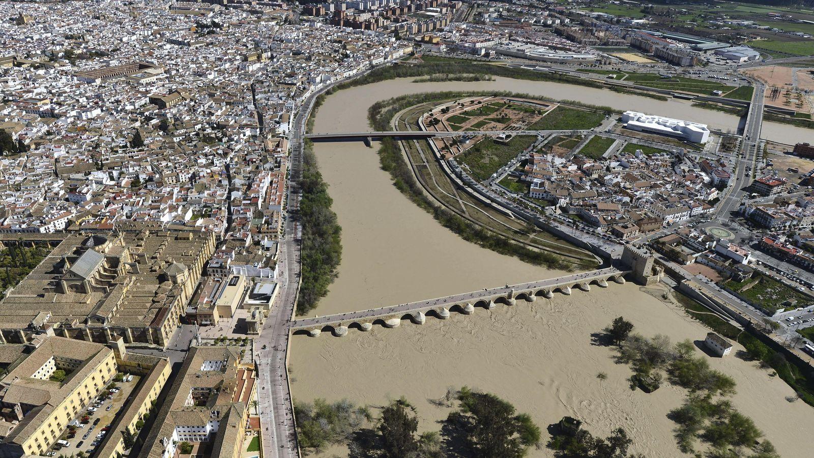 Foto: Un crecido Guadalquivir a su paso por Córdoba. (Efe)