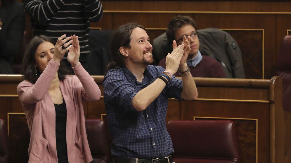 Foto: El líder de Podemos, Pablo Iglesias, y la portavoz del grupo, Irene Montero, aplauden a los estibadores que se encontraban en la tribuna de invitados del Congreso. (EFE)
